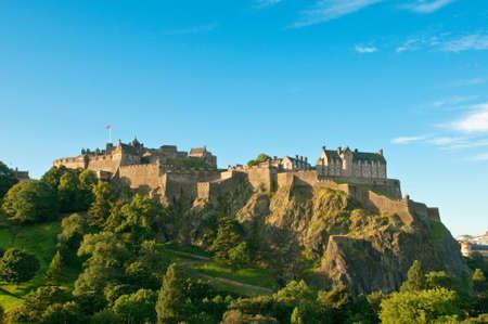 castle rock: Castillo de Edimburgo en un d�a claro soleado, Escocia, UK