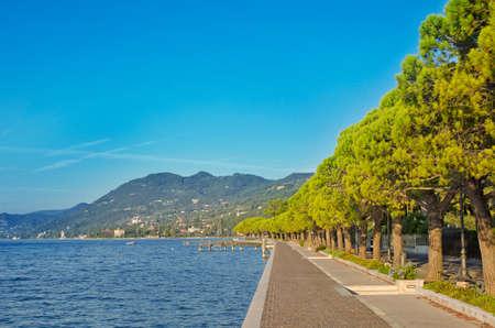 empedrado: Paseo en un lago de Garda, Italia Foto de archivo