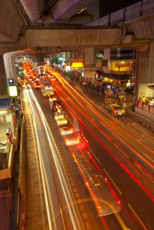 light trail: Rastros de luz en una calle de negocios de Bangkok