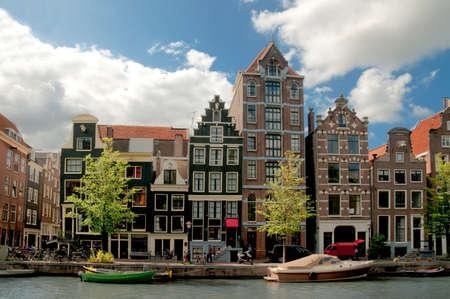 house gables: Amsterdam canales y casas t�picas con el cielo claro de primavera