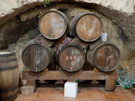 lanzarote: Wijn vaten gestapeld in een oude kelder, Canarische eilanden, Spanje. Stockfoto