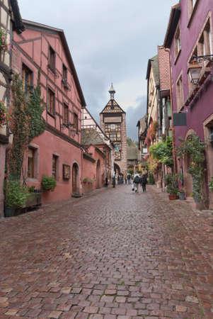 zpevněné: Typická dlážděná ulice v Alsasku