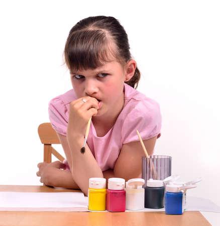 petite fille triste: Fille triste attend l'inspiration qui souhaitent peindre un tableau isolé sur fond blanc.