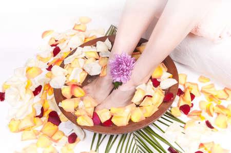 Cure pour les jambes avec des pétales de rose aromatique Banque d'images