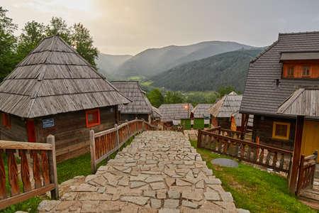 西部のセルビアでの Mokra 強羅のエミールクストリッツァによって建てられた Mokra 強羅、セルビア - 2017 年 6 月 2 日: Drvengrad (Mecavnik/クステンドーフ) エコ村