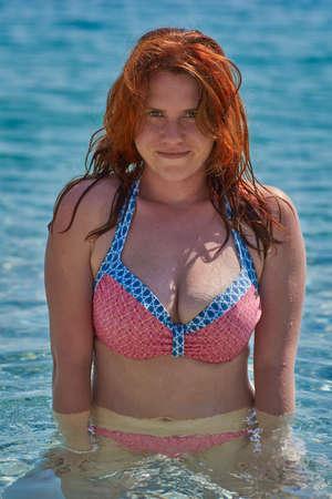 Young Attractive Redheaded Woman in Bikini enjoying the Sea 免版税图像 - 81086752