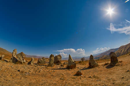 Zorats Karer (Carahunge) - 아르메니아 스톤 헨지 (Armenian Stonehendge)라고도 알려진 선사 시대 돌 피라미드 사이트 스톡 콘텐츠