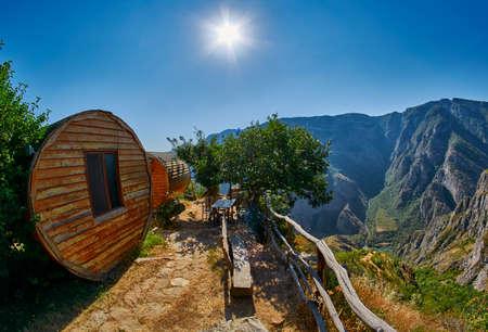 Cottage di legno di eco della gola del fiume Vorotan in Armenia Archivio Fotografico - 90727124