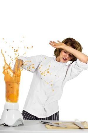 licuadora: el chef se olvid� de poner la tapa de la licuadora Foto de archivo