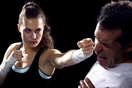 arte marcial: luchador de MMA femenino luchando contra un hombre Foto de archivo