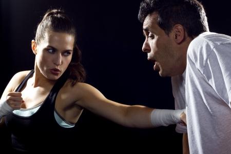 arte marcial: Mujer joven del ajuste que lucha un hombre