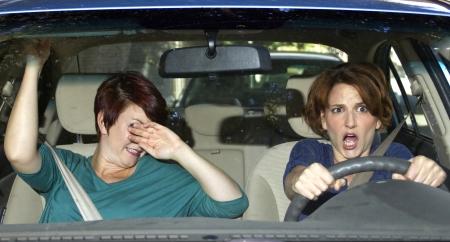 roekeloze bestuurder en bang vrouwelijke passagier in een auto Stockfoto