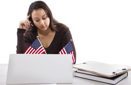Staat of federale vrouwelijke werknemer met een leeg teken op haar bureau Stockfoto