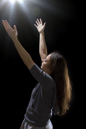 levitacion: mujer joven se est� tomando por un OVNI por levitaci�n