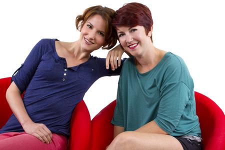 mejores amigas: dos mujeres posando sobre fondo blanco como mejores amigos para siempre