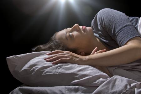 knocked out: espeluznante esfera brillante flotando sobre una mujer durmiendo en la cama