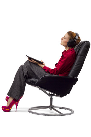 programing: Mujer que ve la transmisi�n de programaci�n en la tableta