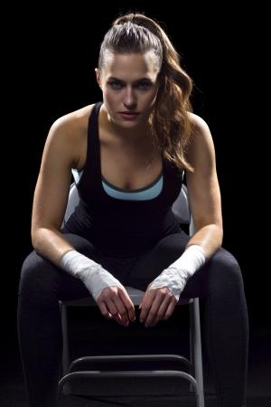 luchador de MMA femenino en un fondo negro Foto de archivo