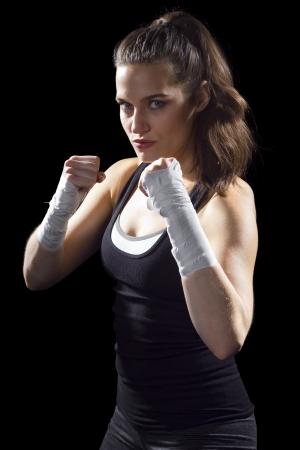 검은 배경에 여성 MMA 전투기