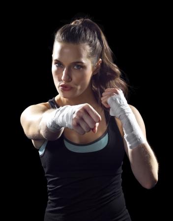 vrouwelijke MMA vechter ponsen zwarte achtergrond