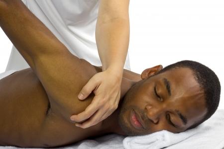 massage: junge Therapeutin hilft jungen m�nnlichen Patienten