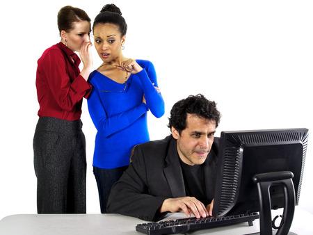 acoso laboral: Chismes en el trabajo Foto de archivo