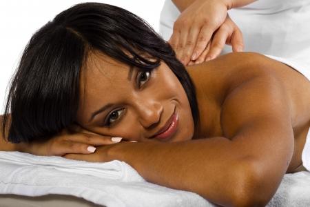 femme noire nue: jeune femme noire d'obtenir un massage du dos