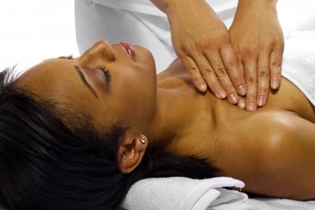 Terapista massaggiatrice trattamento di una giovane cliente femminile nero Archivio Fotografico - 24609915
