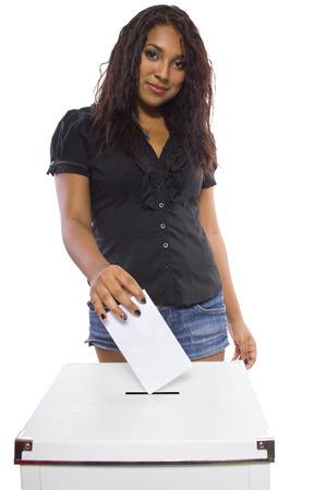 political system: Votante femenino latino en las urnas Aislado en un fondo blanco