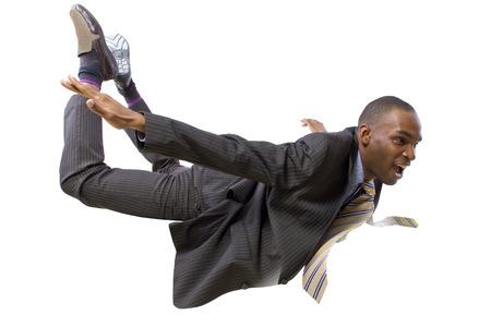 hombre cayendo: joven empresario afroamericano que vuela o el paracaidismo