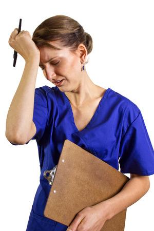 agotado: estresado enfermera con una carta  clipboard Foto de archivo