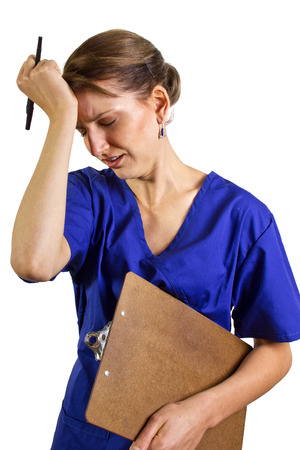 stressato infermiera con un grafico / clipboard Archivio Fotografico