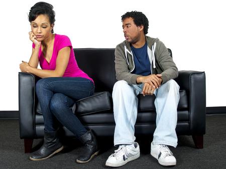 pareja discutiendo: Lucha de los pares jovenes