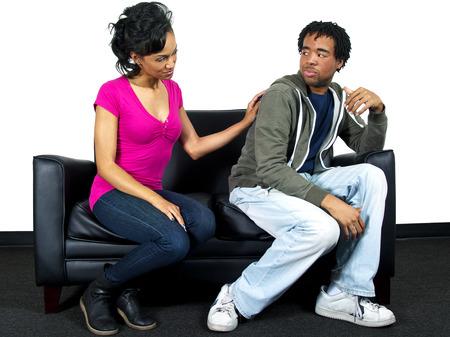 pareja discutiendo: Pares jovenes que tienen problemas de relación