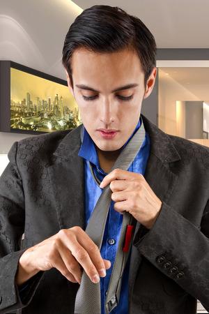 vistiendose: Hombre de negocios masculino joven vestirse para el trabajo en un hotel