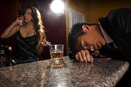 knocked out: camarero llamar a un taxi para el cliente borracho