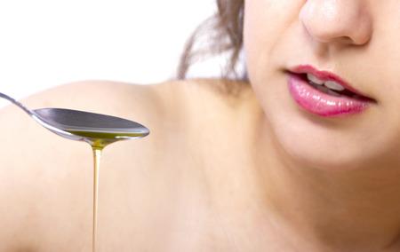 cuchara: Trending práctica de la salud oral de Tirando aceite o Swishing Foto de archivo