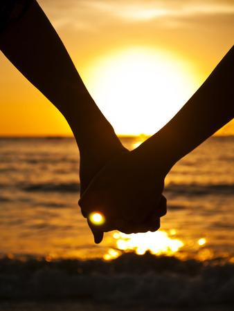 Couple à la silhouette de plage Banque d'images - 27497577