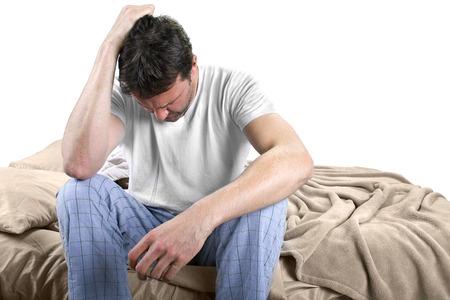 jonge mannelijke wakker en kijken bezorgd over de dag
