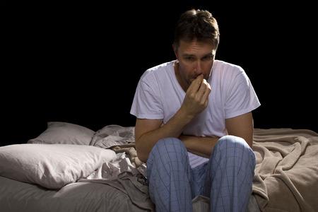 Junger Mann nicht in der Lage schlafen, weil der Stress von Problemen Standard-Bild - 28393528