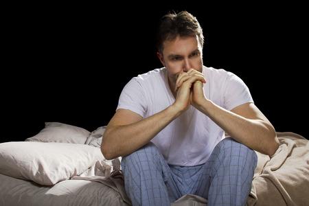 Jungen Mann nicht schlafen, weil der Stress von Problemen Standard-Bild - 28393529