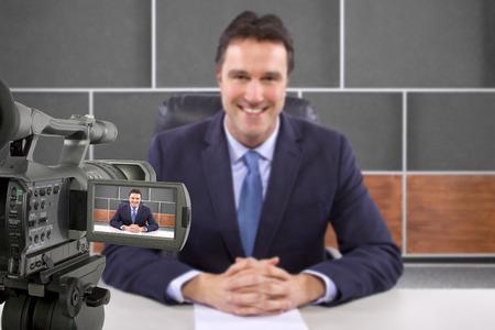 Tv studio macchina fotografica di registrazione giornalista maschio o anchorman Archivio Fotografico - 28412045