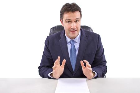 reportero: presentador de noticias macho o reportero en un fondo blanco