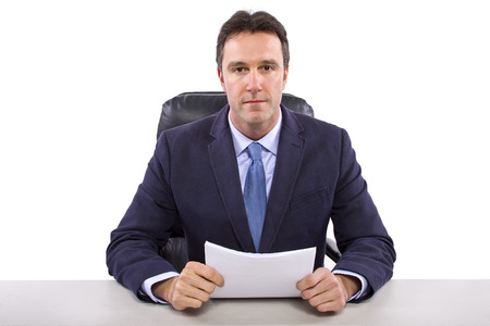 mannelijke nieuwslezer of verslaggever op een witte achtergrond Stockfoto