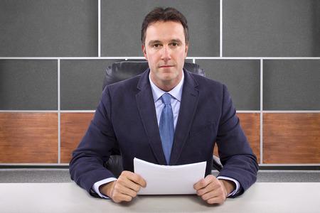 reportero: presentador de noticias macho o reportero en un plató