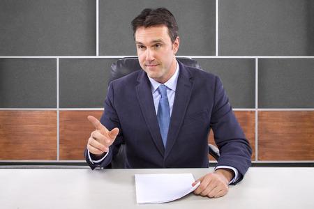 ancora notizie maschio o giornalista in un set di studio