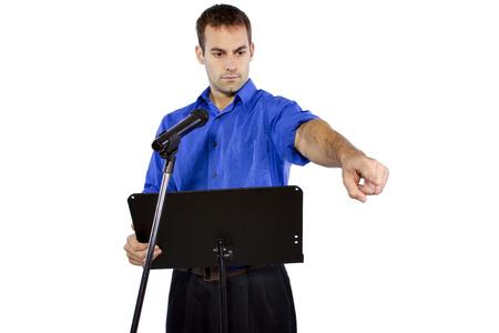 hablar en publico: hombre de negocios en un podio dando un discurso o un anuncio