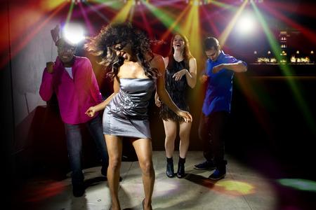 danza africana: gente cool bailando en una discoteca o bar salón