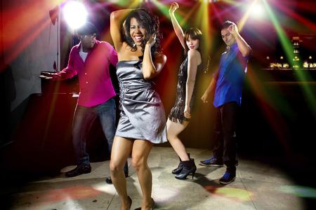 시원한 사람들이 나이트 클럽이나 바 라운지에서 춤을 춘다.
