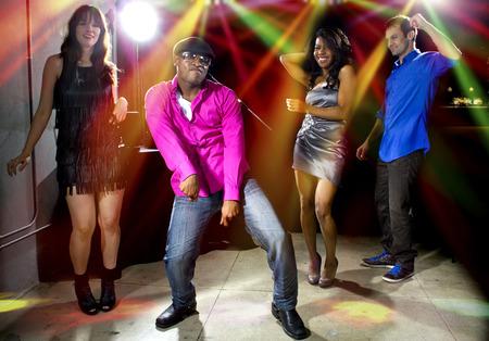 gente cool bailando en una discoteca o bar salón